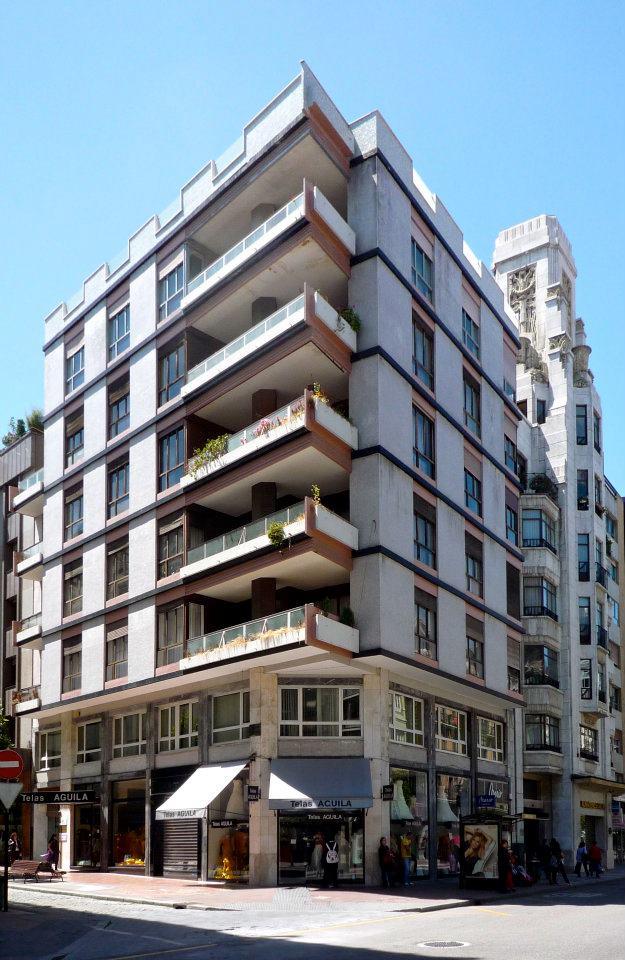 Edificio de viviendas en esquina gil de jaz y ur a for Arquitectura minimalista edificios